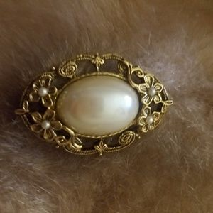 Gold / pearl Antique style brooch.